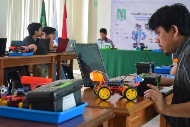 Himpunan Mahasiswa Teknik Informatika Gelar Workshop Kreatif dan Inovatif Robotik